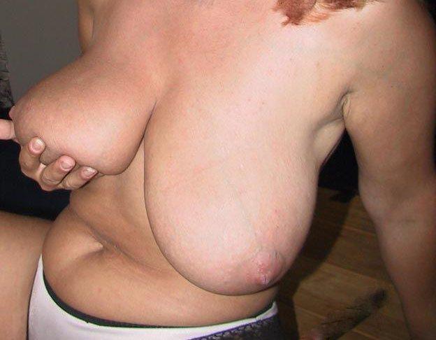 Mogen kvinna med härligt stora bröst